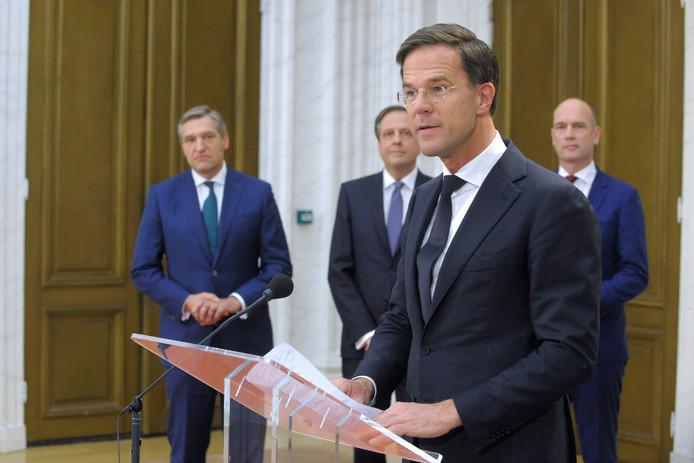 Archiefbeeld:  De presentatie van het regeerakkoord gepresenteerd van Rutte 3. Beoogd premier Mark Rutte geeft een korte toelichting onder toeziend oog van de heren Buma, Pechtold en Segers.