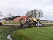 Twee auto's in sloot na botsing in Vriezenveen