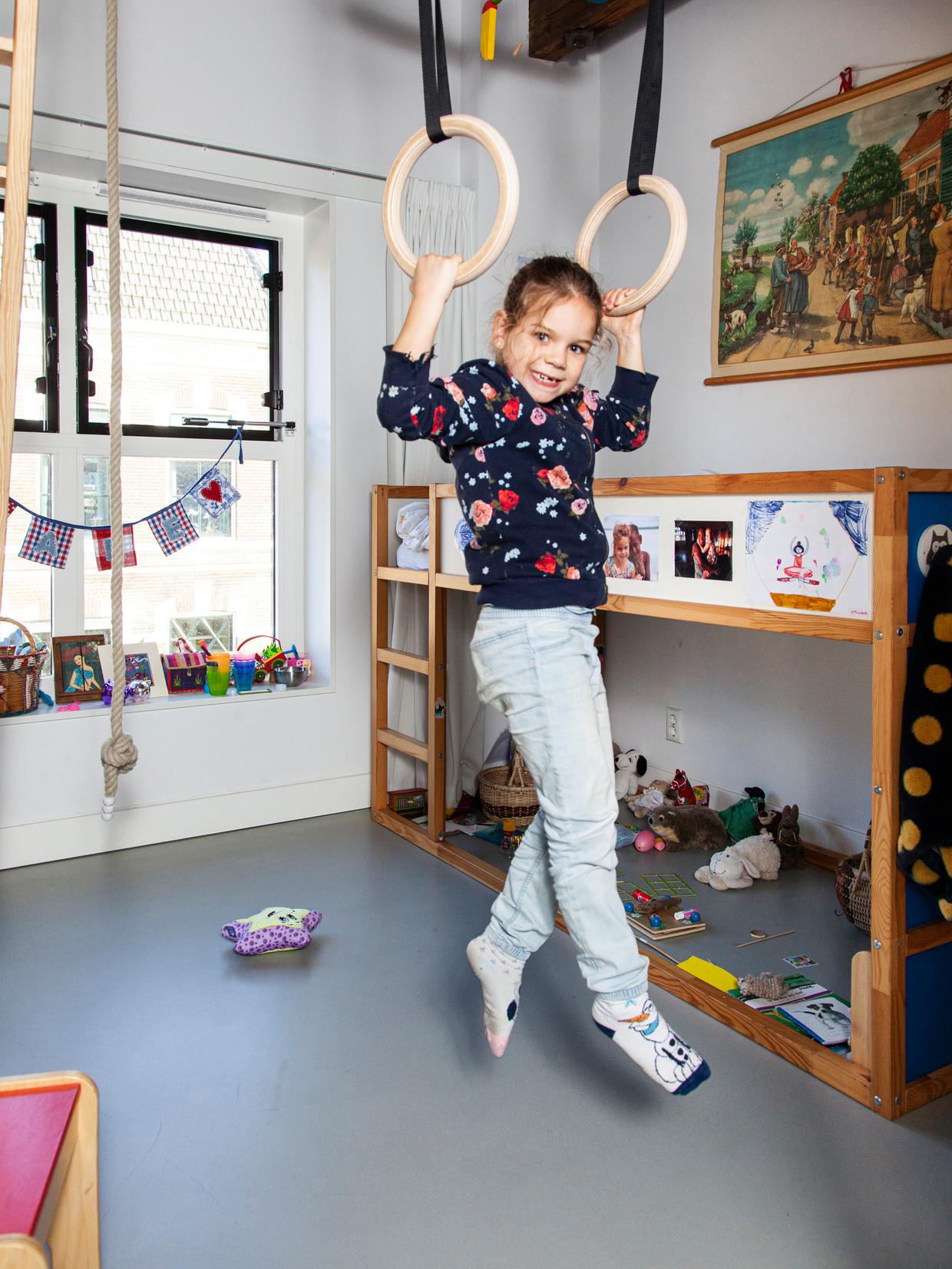Mare van der Ploeg: 'Als ik een nieuw trucje leer, vind ik het wel een beetje eng. Dan denk ik aan iets lekkers of iets leuks.' Beeld Adriaan van der Ploeg