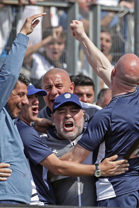 Maradona kan juichen, maar verliest wel bij debuut als coach van Gimnasia