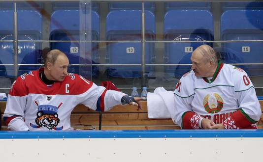 Les deux présidents alliés se sont affrontés lors d'un match de hockey sur glace à Sotchi (15 février)