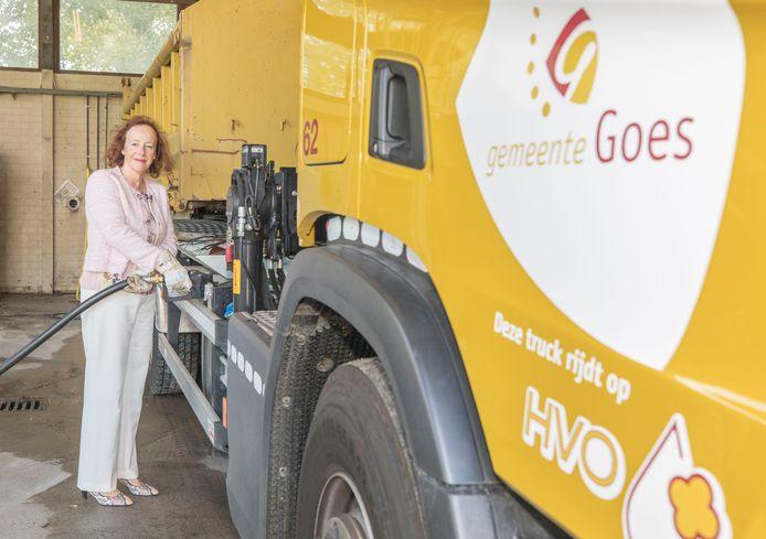 Wethouder Loes Meeuwisse tankt de gemeentelijke vrachtauto af met HVO, een synthetische diesel op basis van frituurvet, plantenresten, houtpulp en dierlijke vetten. Goes is de eerste Zeeuwse gemeente die op deze brandstof gaat rijden.