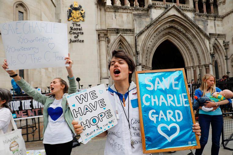 Aan de rechtbank laten mensen die de ouders van Charlie steunen van zich horen.