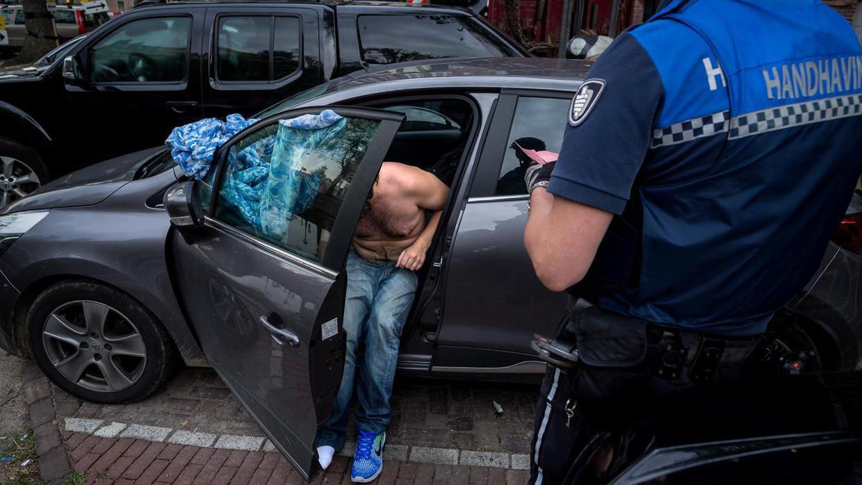 Een autoslaper wordt op de bon geslingerd.  Beeld Rink Hof