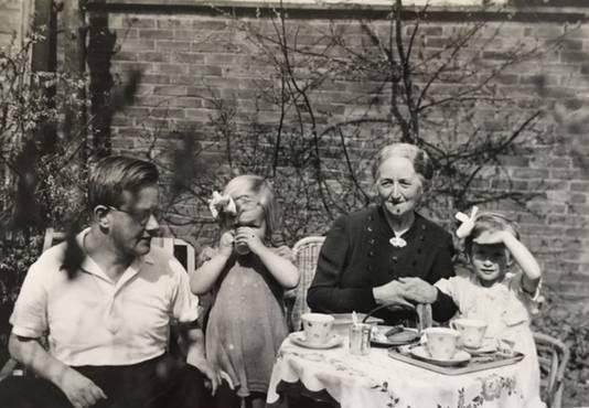 Piet Bouma met zijn schoonmoeder en zijn dochtertjes Emmy (l) en Irene (r).