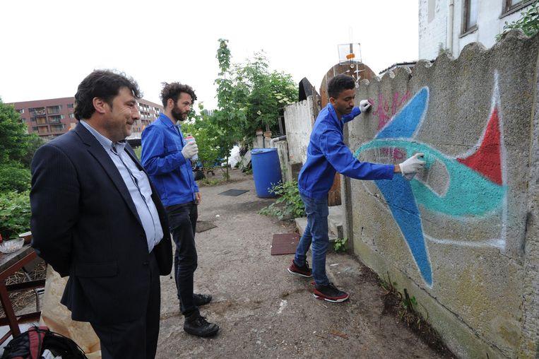Saban Gok (links) van Scaramouche bekijkt een van de kunstwerken.