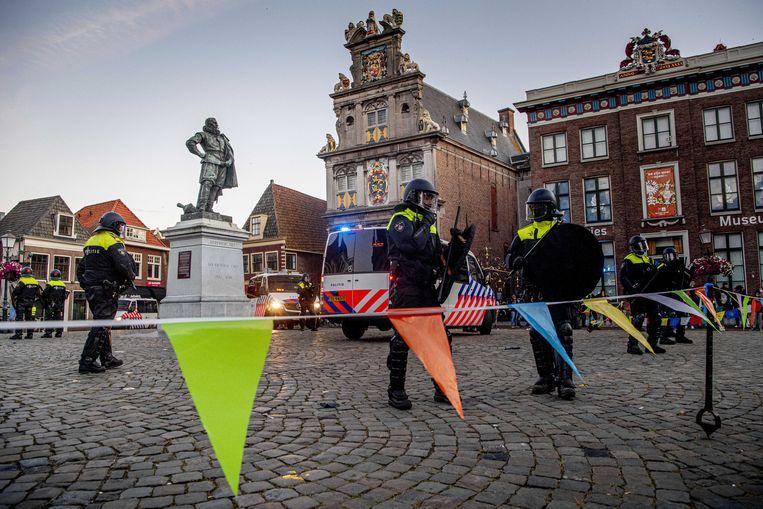 De ME staat rond het standbeeld van Jan Pieterszoon Coen in Hoorn. Beeld ANP