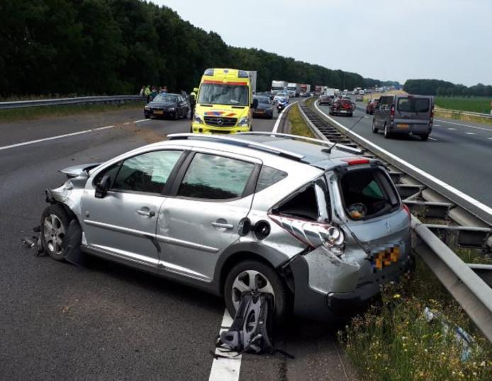 Een zwaar beschadigde auto op de A50 na de aanrijding bij Wijchen.