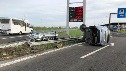 Wagen maakt buiteling over vangrail aan snelwegparking in Mannekensvere
