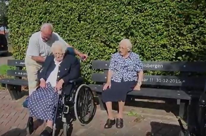 De zussen Van Gisbergen uit Hooge Mierde bij hun bankjes.