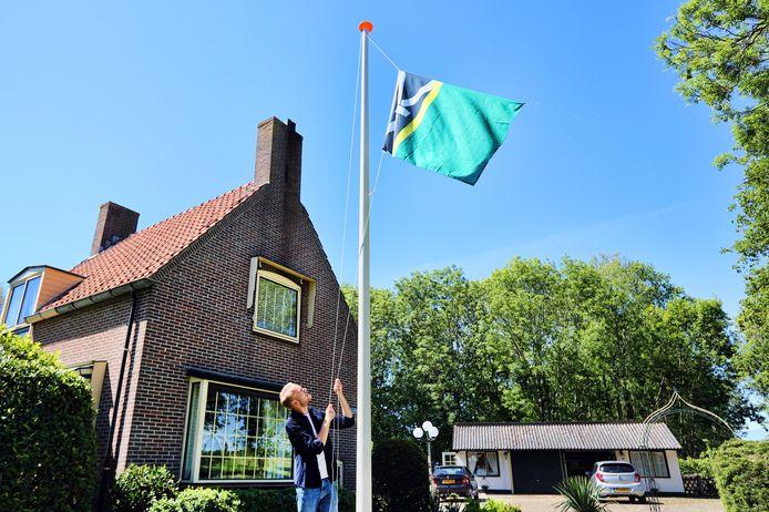 Davy Smolenaars was een van de eerste Rockanjenaren bij wie de vlag in de tuin wappert. Foto Peter de Jong©2020