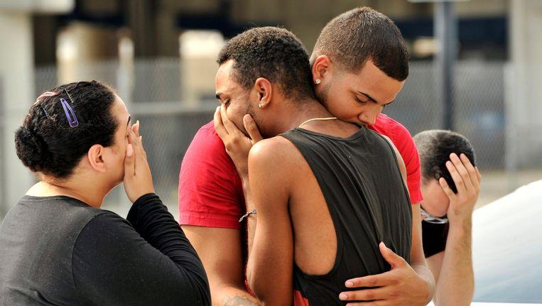 Vrienden en familie van de slachtoffers omhelzen elkaar buiten het hoofdkwartier van de politie van Orlando. Beeld reuters