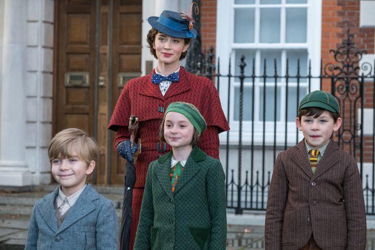 Emily Blunt als Mary Poppins, met op de voorgrond Joel Dawson als Georgie, Pixie Davies als Annabel en Nathanael Saleh als John. Beeld Jay Maidment