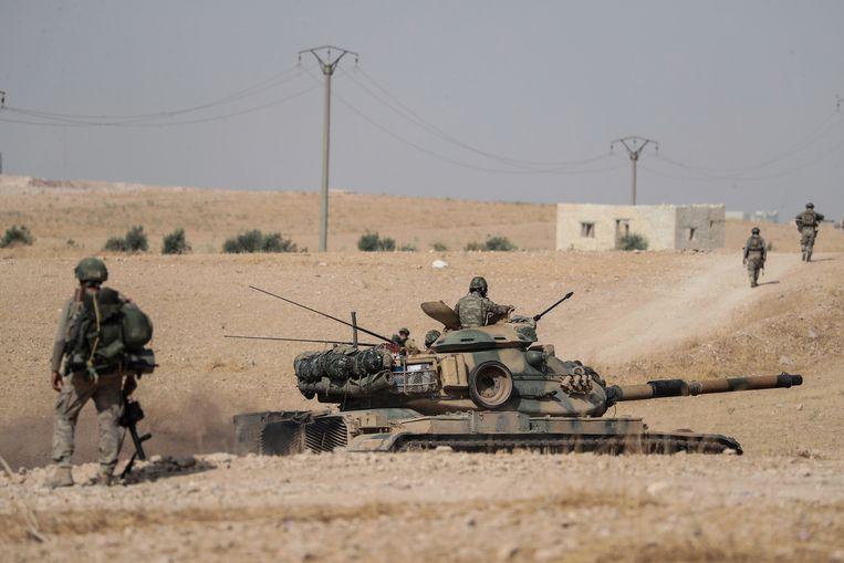 Turkse tanks nabij de Syrische stad Manbij.