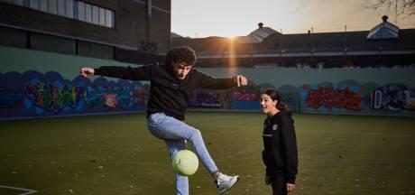 Truc-voetballer Soufiane Touzani richt school op tegen verveling: 'Het moet weer bruisen op de pleintjes'