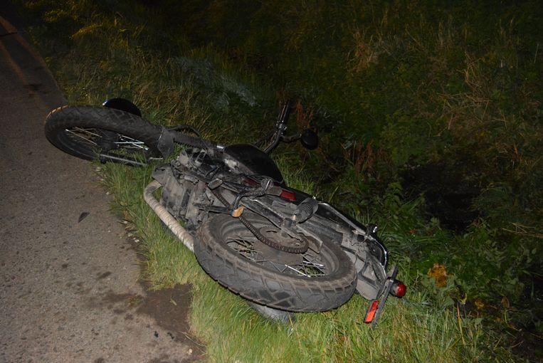 De motorrijder werd weggeslingerd en kwam in de graskant terecht.