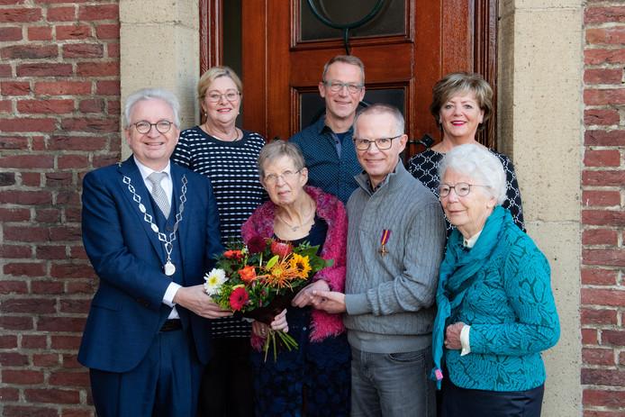 Burgemeester Willem Gradisen (links) reikte de onderscheiding uit aan Bas Aalders (derde van rechts), de achterneef van Jacob den Bakker.