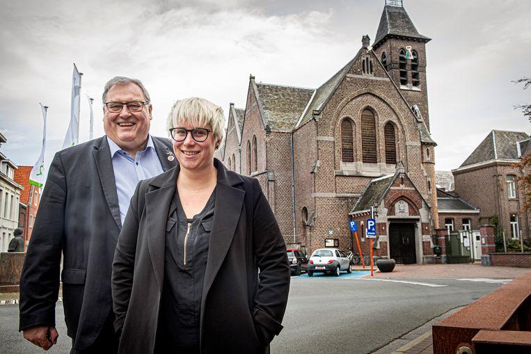 Cultuurschepen Dirk Lievens en Soetkin Dewulf van vzw Rauwkost hebben grootse plannen met de Paterskerk.