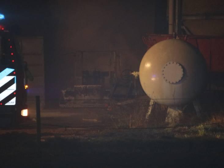 Loader vliegt tussen stallen in brand tijdens mestvervoer in Venhorst