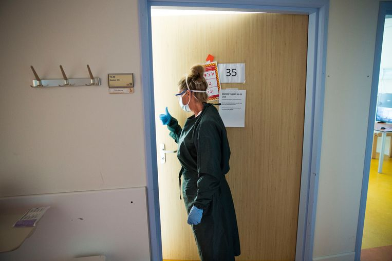 Op een covid-19-afdeling van het Albert Schweitzer ziekenhuis, half augustus. Beeld Arie Kievit