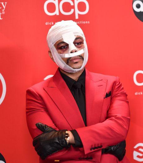 Pourquoi The Weeknd s'affiche avec le visage meurtri depuis des mois?