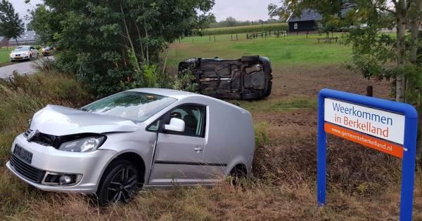 Flinke klapper bij botsing in Beltrum: Twee auto's eindigen in het weiland.