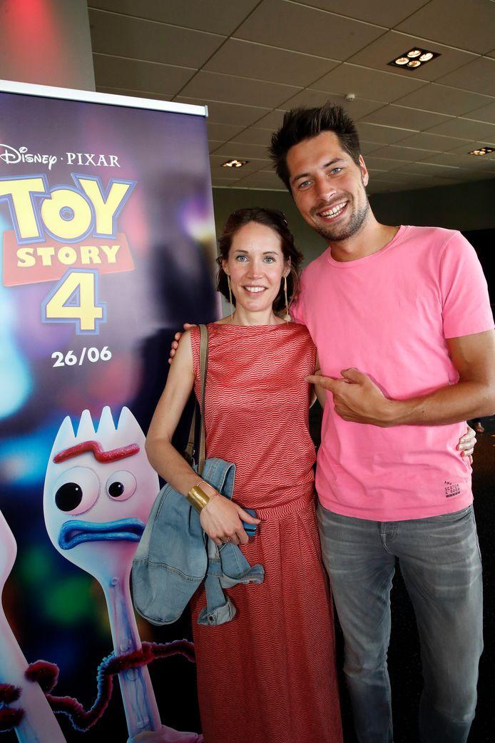 """Gilles Van Bouwel maakt in Toy Story 4 zijn stemdebuut. Hij is te horen als uitbater van een schietkraam op de kermis. """"Een droom die uitkomt"""", zegt de presentator met naast zich zijn nicht Julie. """"Ook al zijn het maar zes zinnen."""" (lacht)"""