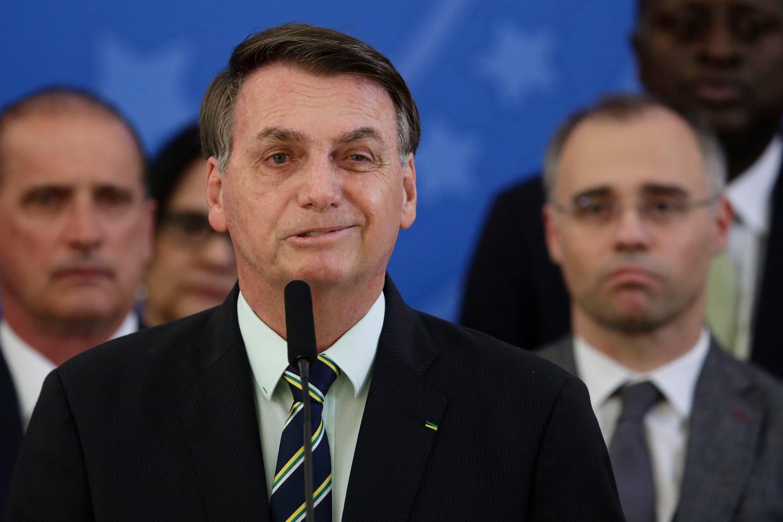 Jair Bolsonaro spreekt tijdens een persconferentie over het vertrek van de populaire justitieminister Sérgio Moro.  Beeld AP