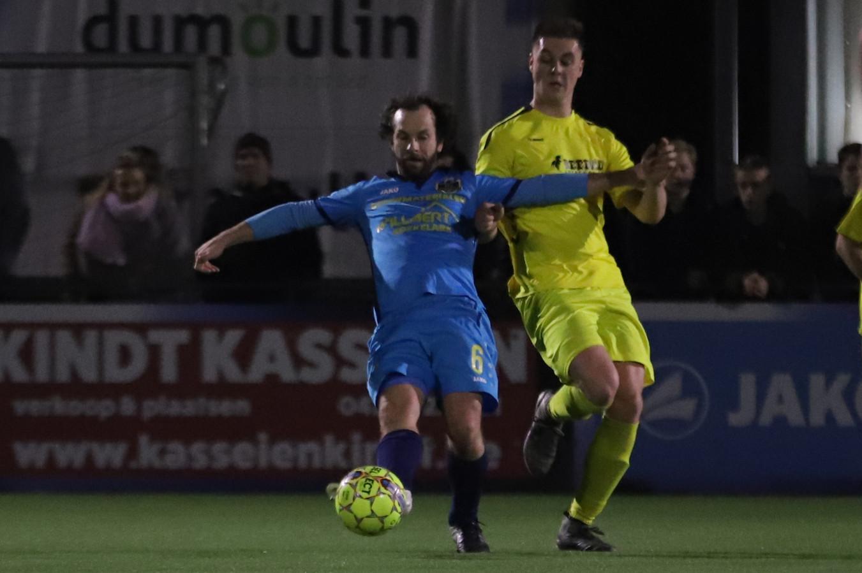 Een beeld uit de topper SV Diksmuide - SV Nieuwpoort. Joren Vanlerberghe en Nick Deschacht strijden om de bal.