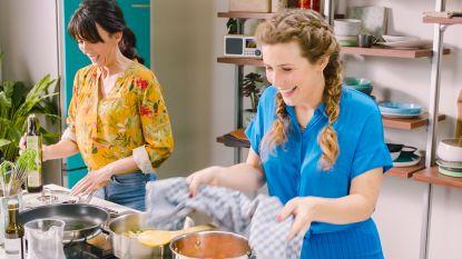 Sandra Bekkari en Maureen maken champignons Sint-Jacob met een zalfje van erwtjes