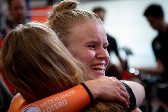 Caroline Groot wordt gefeliciteerd door vrienden en familie na haar wereldtitel op de 500 meter tijdrit tijdens het WK Paracycling.