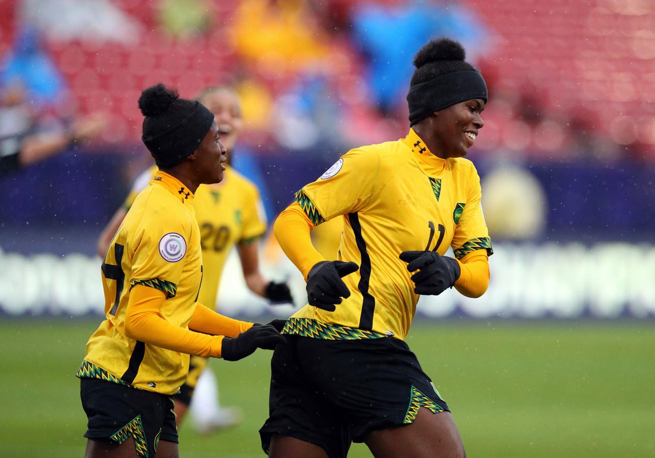Deneisha Blackwood (links) en Khadija Shaw zijn volgend jaar zomer namens Jamaica actief op het WK.