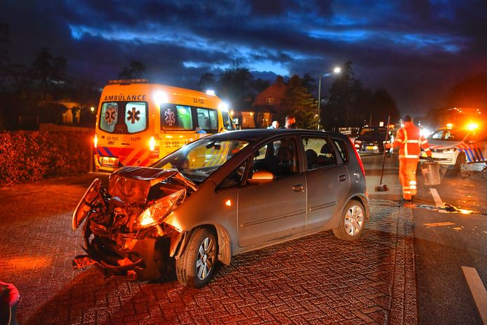Kop- staartbotsing in Leende. Auto raakt zwaar beschadigd.