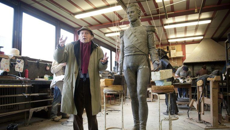 Oud-hoogleraar Alexander-Karel Evrard, bij het beeld van Willem I dat door kunstenaar Guy Du Cheyne is ontworpen. Beeld null