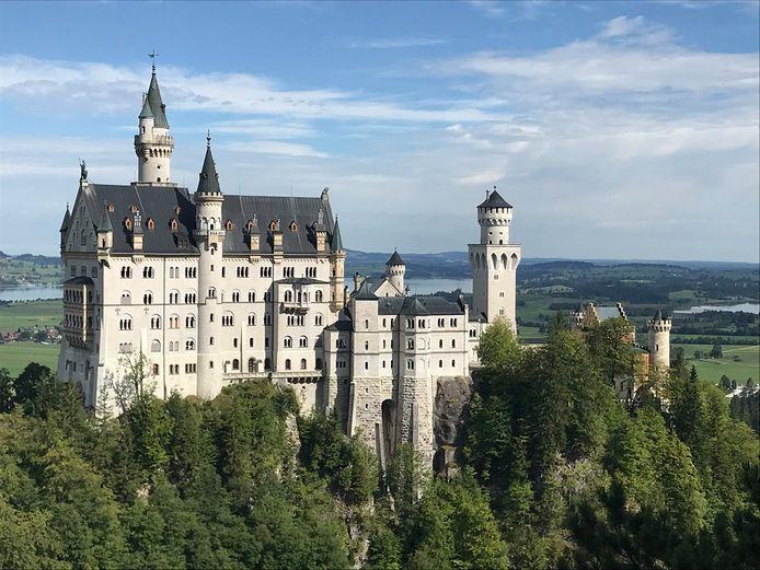 De Beierse koning Lodewijk, bijgenaamd de sprookjeskoning, liet de romantische burcht tussen 1869 en 1889 bouwen.