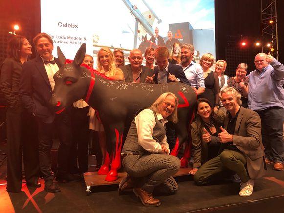 De gepersonaliseerde AED-ezel met handtekeningen van televisiesterren werd gekocht door de CEO van AED zelf.