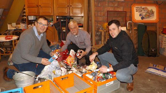 Rob Mennes (midden), Philippe Van Bellingen (links) en Philip Lemal (rechts) van CD&V ruimen zwerfvuil op.