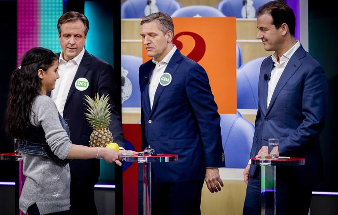 Lijsttrekkers Alexander Pechtold (D66), Sybrand van Haersma Buma (CDA) en Lodewijk Asscher (PvdA) tijdens de politieke spelletjesavond van het NOS Jeugdjournaal