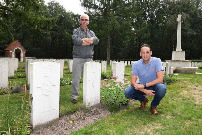 Leo Janssen en Oscar Huisman gaan de graven op de militaire begraafplaats in Overloon een gezicht geven.