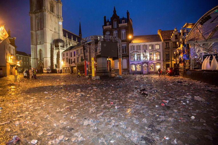 Op de Grote Markt bleef na de laatste nacht veel afval achter.
