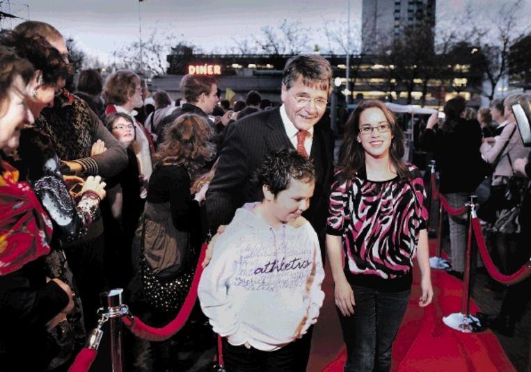 Minister Donner gisteren bij het Utrechtse Beatrix-theater, bij de premiÿre van een tv-spot over jonggehandicapten. (FOTO WERRY CRONE, TROUW) Beeld