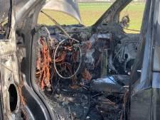 Busje verwoest door brand op weg tussen Biezenmortel en Oisterwijk