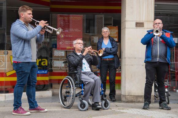 """Gianni Van Gijseghem, Patrick Van der Straeten en Carlos Verlaeckt, actief bij 't Klein Muzieksken, trokken Dendermonde rond om het Ros Beiaardlied op trompet te spelen. """"Anders hadden we ons thuis zat gedronken van miserie. Dit is een beter alternatief"""", lachen ze."""