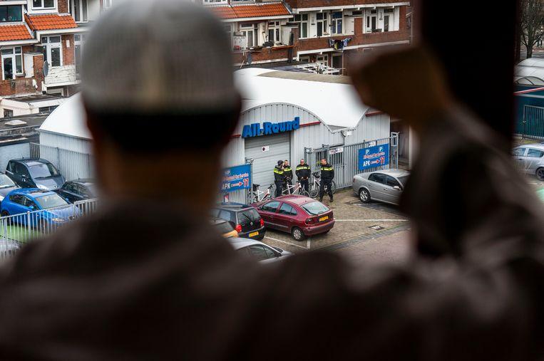 Agenten bij de As Soennah-moskee in Den Haag.  Beeld Freek van den bergh / de Volkskrant