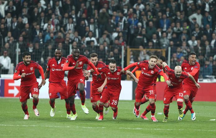 Vreugde bij de spelers van Olympique Lyon na hun gewonnen strafschoppenserie tegen Besiktas gisteravond.