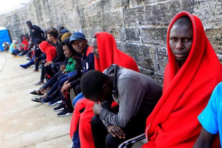 Migranten in de haven van Tarifa, in Zuid-Spanje. Beeld EPA