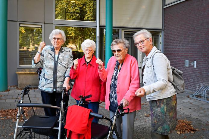 Senioren uit de Rembrandtweg ballen de vuist.   Foto Bert Beelen