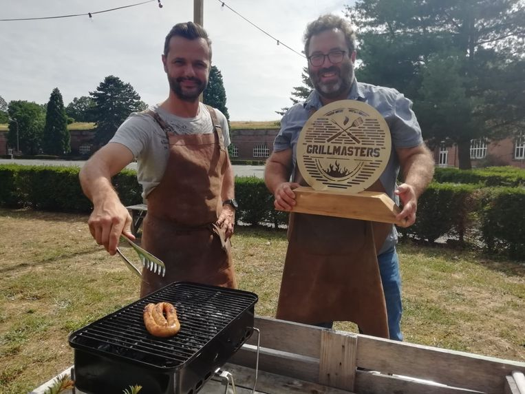 Gilles en Wannes met de gouden grill op de Citadel in Diest.