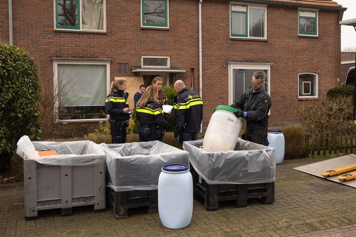 Opruimwerk na inval in druglab aan de Veldweg  in Eemnes.
