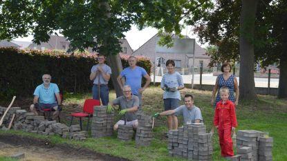 Vrijwilligers herstellen pad naar pastorie